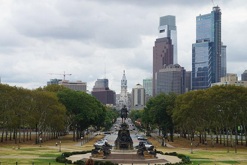 800px-Philadelphia_October_2017_20_(Benjamin_Franklin_Parkway_from_Philadelphia_Museum_of_Art)